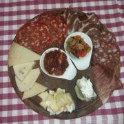 Tagliere Vittorio con affettati e formaggi, guarnito con miele, pistacchio e tartufo (per due persone)
