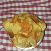 Patatine a sfoglia con fonduta a cacio e pepe